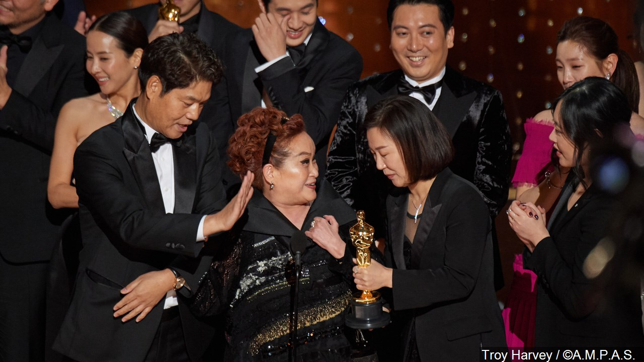 """Miky Lee and the cast and crew of """"Parasite"""" accept the Oscar for Best Picture"""