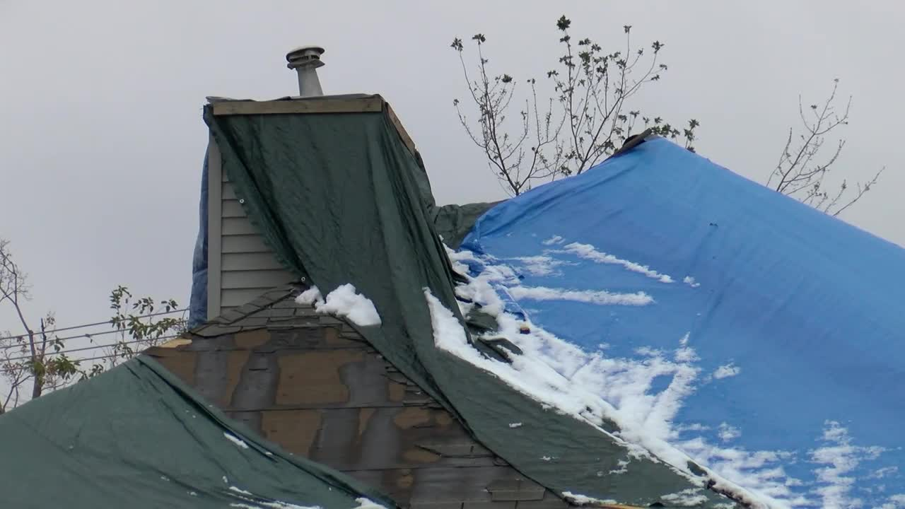With Monday's snowfall, Cedar Rapids sees further struggles in roof repairs from derecho